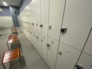 更衣室内のロッカーの利用を1つ間隔でご利用ください。