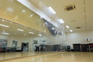 各スタジオにインストラクターの飛沫防止カーテンを設置しております