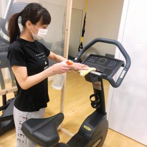 マシン器具の定期消毒(写真)